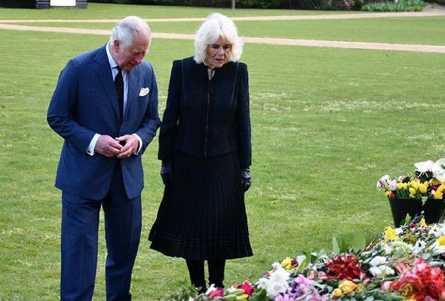 Książę Karol podziwiał kwiaty pozostawione przez żałobników