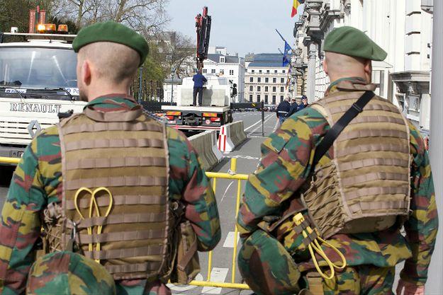 Belgijscy żołnierze nadzorują prace wokół parlamentu Belgii