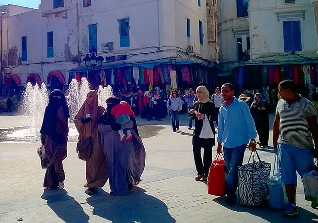 """Zwyczajny dzień w centrum Tunisu. """"Uwielbiam takie miejsca na styku kultur, gdzie można spotkać obok siebie zarówno kobiety ubrane po """"zachodniemu"""", jak i takie w niqabach"""" - pisze Lena na swoim blogu"""