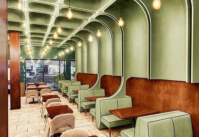 Wnętrze nowojorskich restauracji Times Square Diner & Grill by Bluarch.