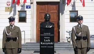 Popiersie Lecha Kaczyńskiego przed Dowództwem Garnizonu Warszawa.