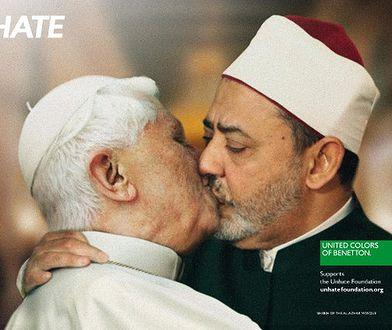 Kontrowersyjny fotomontaż na którym papież całuje imama