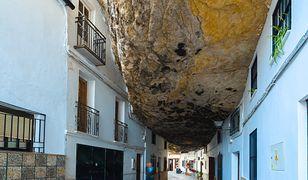 W Setenil de las Bodegas wiele osób śpi z ważącymi miliony ton skałami nad głowami