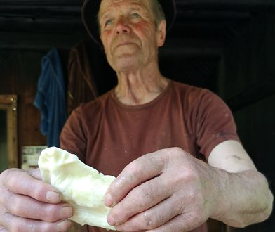 W Ujsołach przy pracy można podglądać pana Tadeusza, który wyrabia oscypki