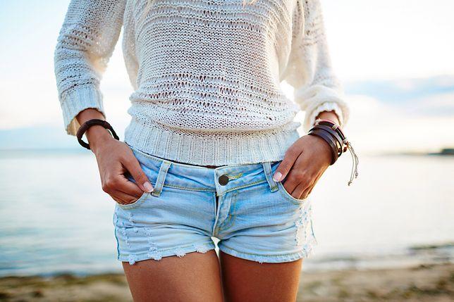 Jeansowe szorty świetnie komponują się z bielą