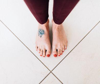Tatuaż na stopie jest bardzo subtelną i ciekawą ozdobą na skórze.