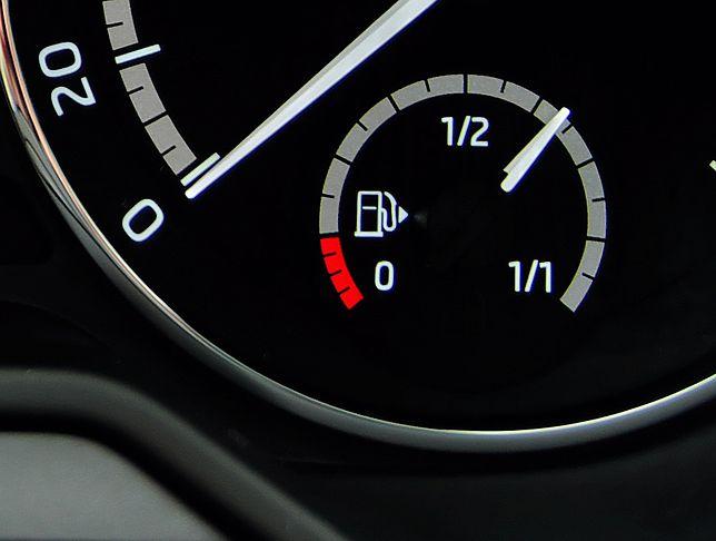 Strzałka obok symbolu dystrybutora wskazuje stronę, po której znajduje się wlew paliwa