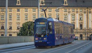 Wrocław. Przeciwko decyzji Trybunału. Flagi UE na autobusach i tramwajach