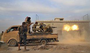 Manbidż. Syryjscy bojownicy (wspierani przez Turcję) podczas wymiany ognia z Kurdami