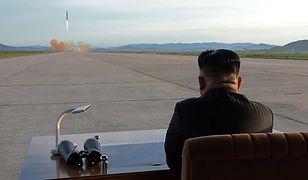 Kim Dzong Un podziwia start rakiety Hwasong-12