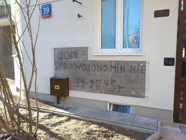 """Historyczny napis na kamienicy przy Białobrzeskiej ocalony. """"Dom sprawdzono min nie ma"""""""