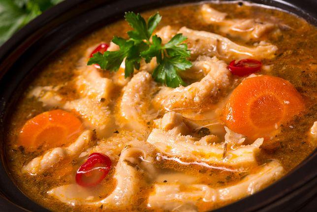 Flaki to tradycyjna potrawa polska, która znana jest na naszych ziemiach już od bardzo dawna. Przepisy na flaczki