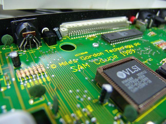Zintegrowany układ VLSI, zastępujący popularny w komputerach Sinclaira układ ULA.