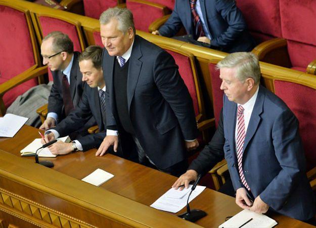 Aleksander Kwaśniewski i Pat Cox (z prawej) w ukraińskim parlamencie - listopad 2013 r.