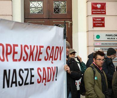 Protest ruchów demokratycznych przed siedzibą KRS