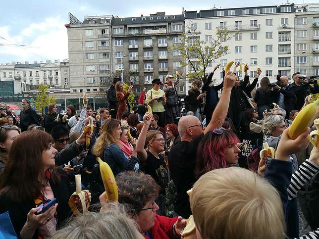 Kilkaset osób demonstrowało przed Muzeum Narodowym