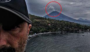 Marcin na tle budzącego się wulkanu.