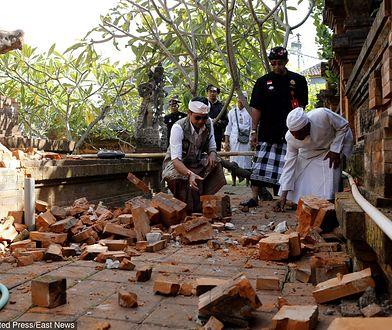 Balijczycy sprzątają po zniszczeniach w świątyni.
