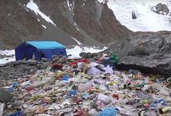 Śmieci przy namiocie pozostawione na K2. Obozowali tam Polacy