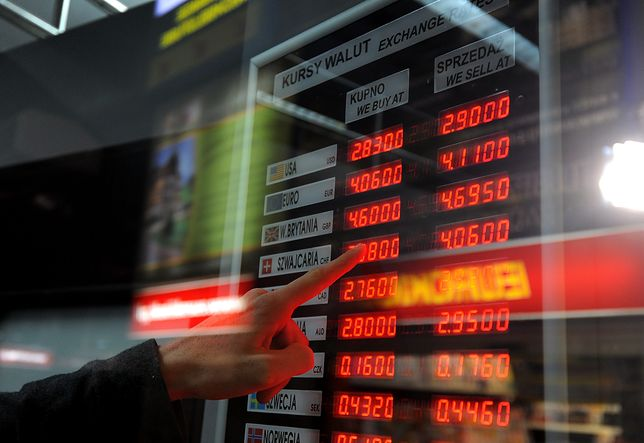 Na tablicach kursów w kantorach wyświetlane są wartości z czterema miejscami po przecinku.