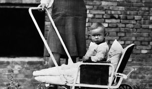 """Halina Wiśniewska z urodzonym 1 sierpnia 1944 roku synem Stasiem na gruzach Warszawy w 1945 roku. Zdjęcie z książki """"Dziewczyny z Powstania"""""""