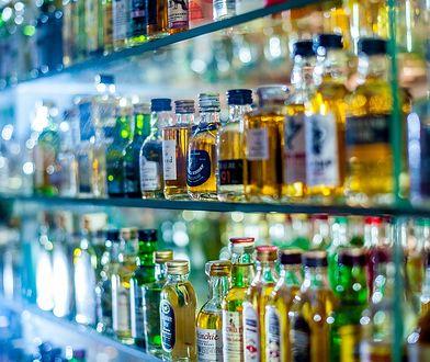 Burmistrz Pragi-Północ uważa, że alkohol wystawiony w witrynie sklepowej reklamuje napoje wyskokowe