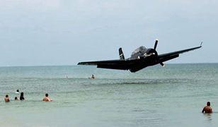 Awaryjne lądowanie na wodzie. Samolot niemal uderzył w pływających turystów