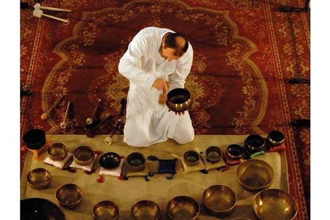 Za darmo: improwizacja na gongi i misy tybetańskie