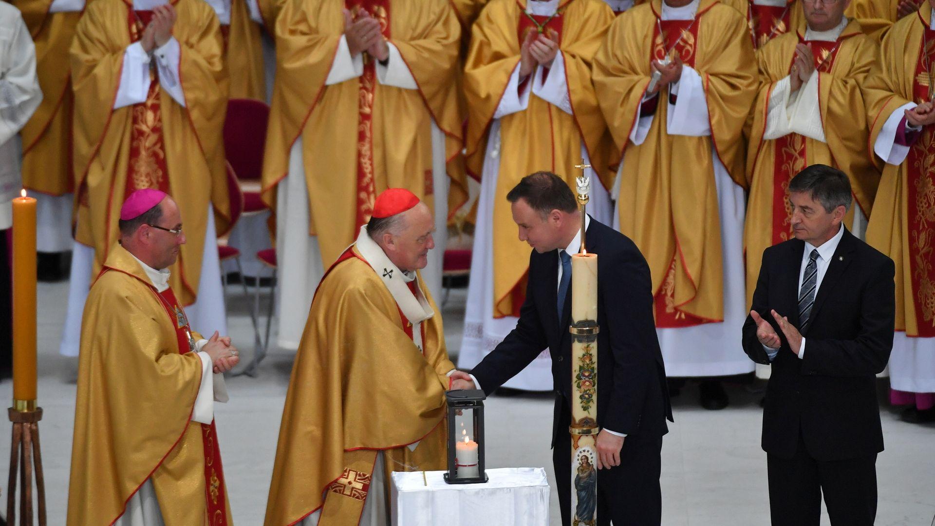 Abp. Kazimierz Nycz ściska dłoń prezydenta Andrzeja Dudy. Brawo biją Marek Kuchciński i biskupi