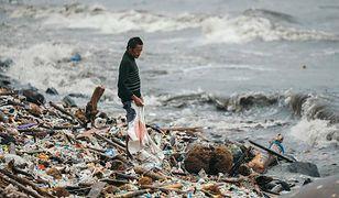Podczas pory deszczowej fale wyrzuciły na brzeg to, co ludzie zostawili w Zatoce Manilskiej