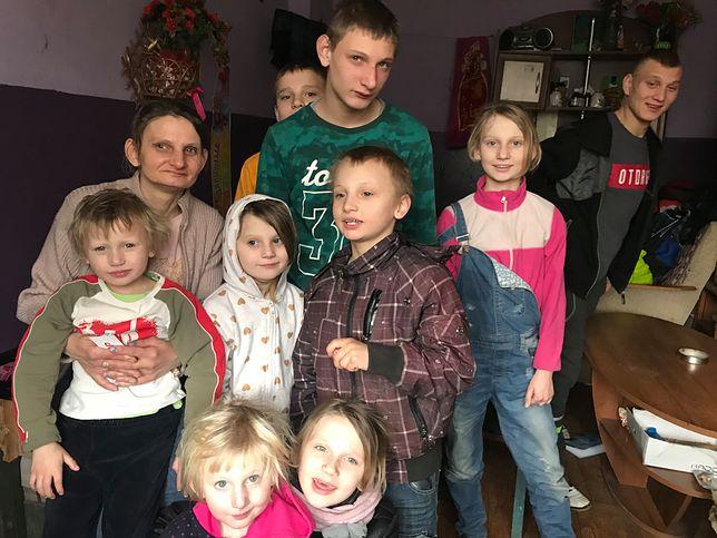 Pani Magdalena i dziewięcioro z jej 14 dzieci.