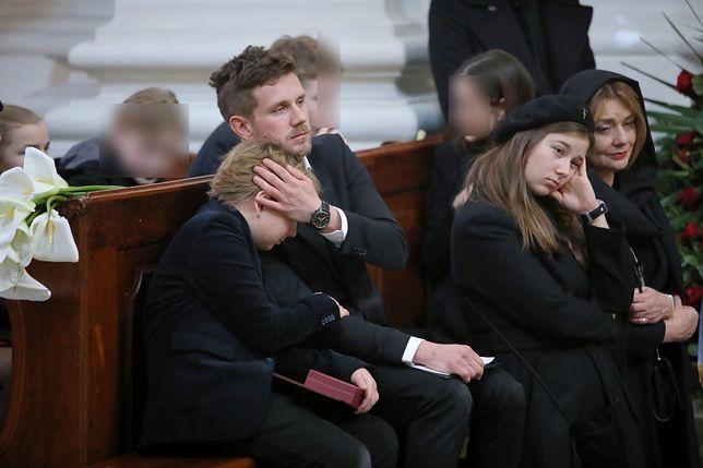 Pogrzeb Pawła Królikowskiego. Antek Królikowski pociesza brata