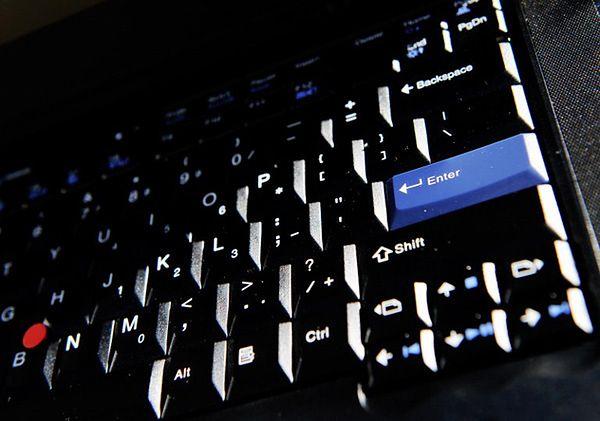 Młodzi programiści zamknęli komputer w myszce