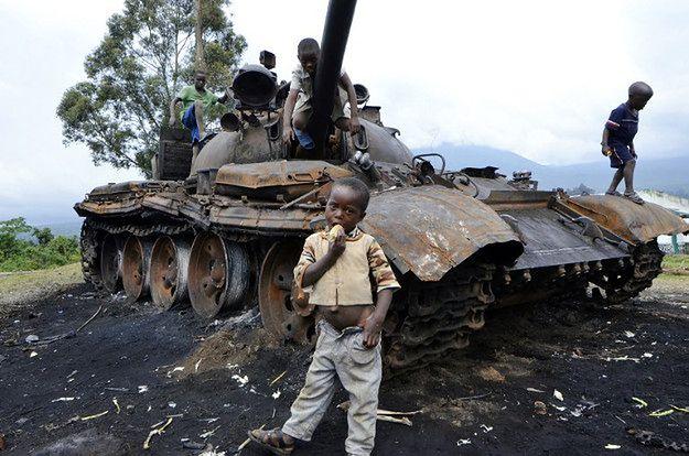Szkoły i uczniowie na celowniku zbrojnych grup w DRK - raport HRW