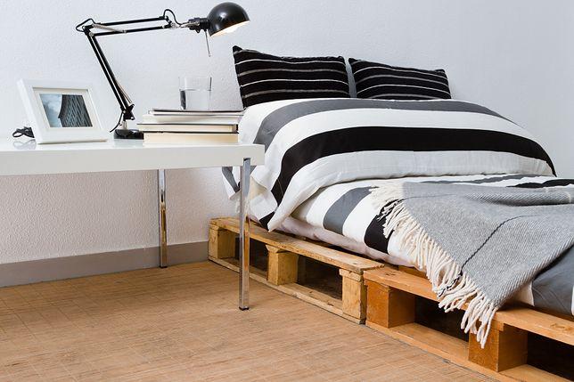 Łóżko z palet jest niezwykle funkcjonalnym meblem z recyklingu.