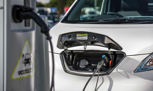 Polska potęgą w elektrycznych samochodach? Za dekadę ma tu być milion takich aut - anonsuje rząd