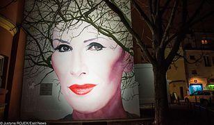 Niezwykły mural Kory w Warszawie