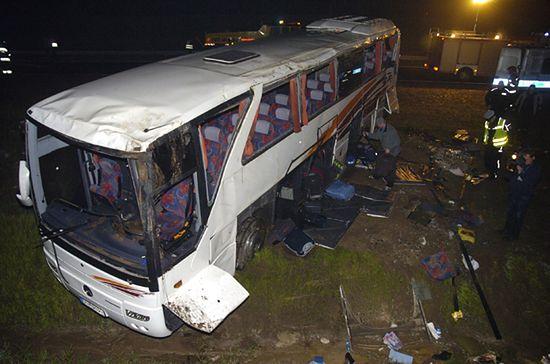 Autokar wypadł z drogi, przygniótł pasażerkę - są ranni