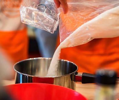 Biały cukier coraz częściej zastępujemy stewią czy ksylitolem