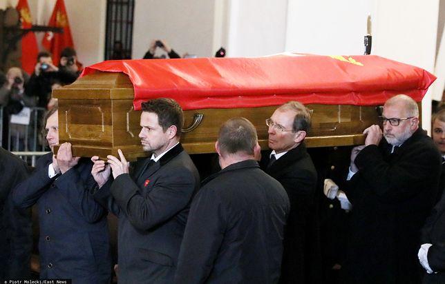 18 stycznia 2019 Bazylika Mariacka w Gdańsku. Przyjaciele niosą trumnę Adamowicza