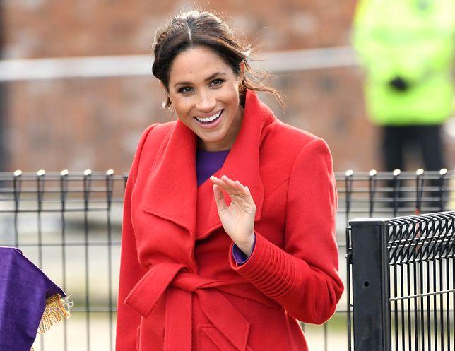 Meghan Markle w czerwonym płaszczu, podobny ma królowa Letizia