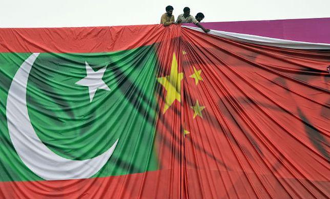 Wielki bilbord z flagami Pakistanu i Chin przygotowywany na wizytę chińskiego prezydenta Xi Jinpinga
