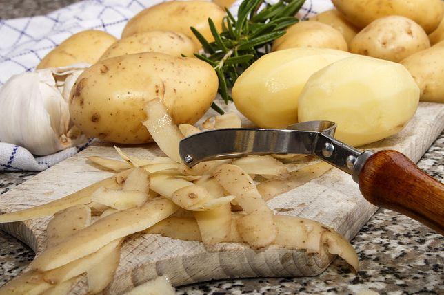 Przed obraniem ziemniaki należy dokładnie wyszorować