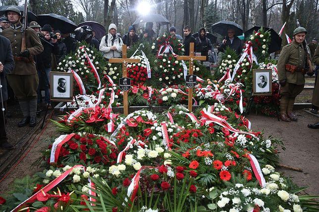 """""""Nigdy nie złożyli broni"""". Na Powązkach odbył się pogrzeb płk. Matuszewskiego i mjr. Rajchmana [ZDJĘCIA]"""