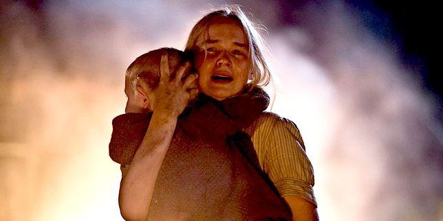 Kadr z filmu Wołyń. Główna bohaterka próbuje ocalić dziecko z rzezi