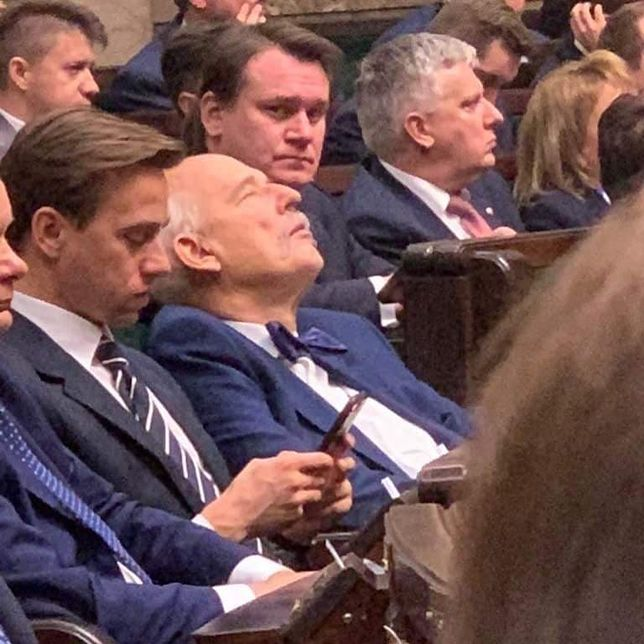 """Janusz Korwin-Mikke zasnął w Sejmie? Berkowicz: """"on tak się skupia"""""""