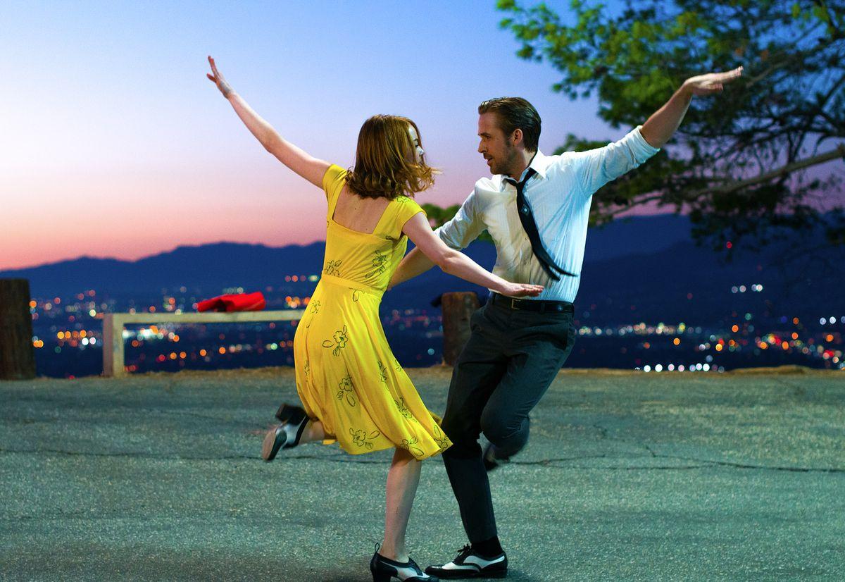 """Polska wersja przeboju z """"La La Land"""" Damiena Chazelle'a. Jak wypada w porównaniu do oryginału? [WIDEO]"""