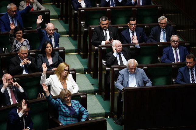 """PiS chce powrotu pensji sprzed 2 lat? """"Namawia opozycję ws. projektu"""""""