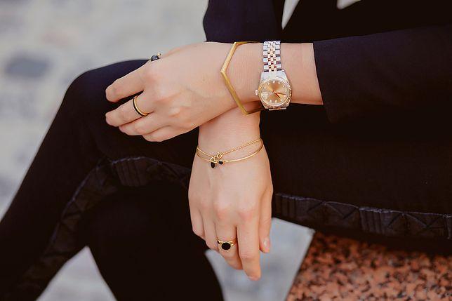 Piękne, proste bransoletki nosimy też do ozdobnych zegarków