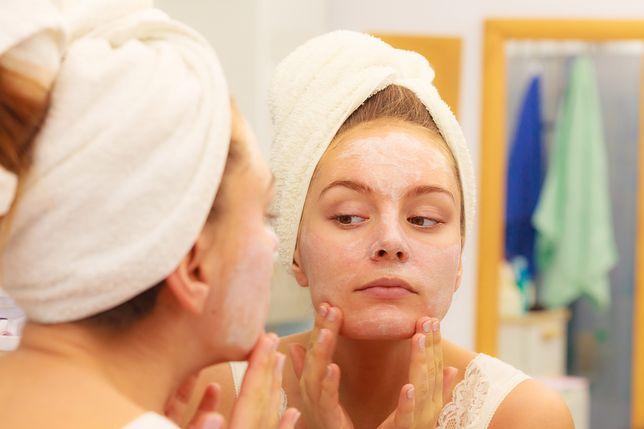 Kobieta twierdzi, że tańsze kosmetyki nie działają